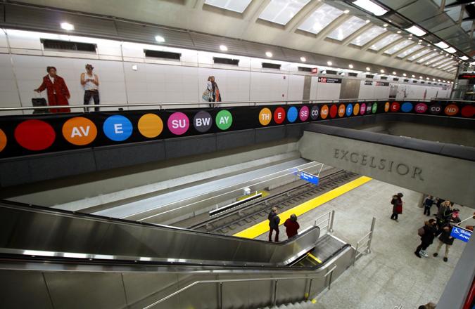 New subway station with open mezzanine