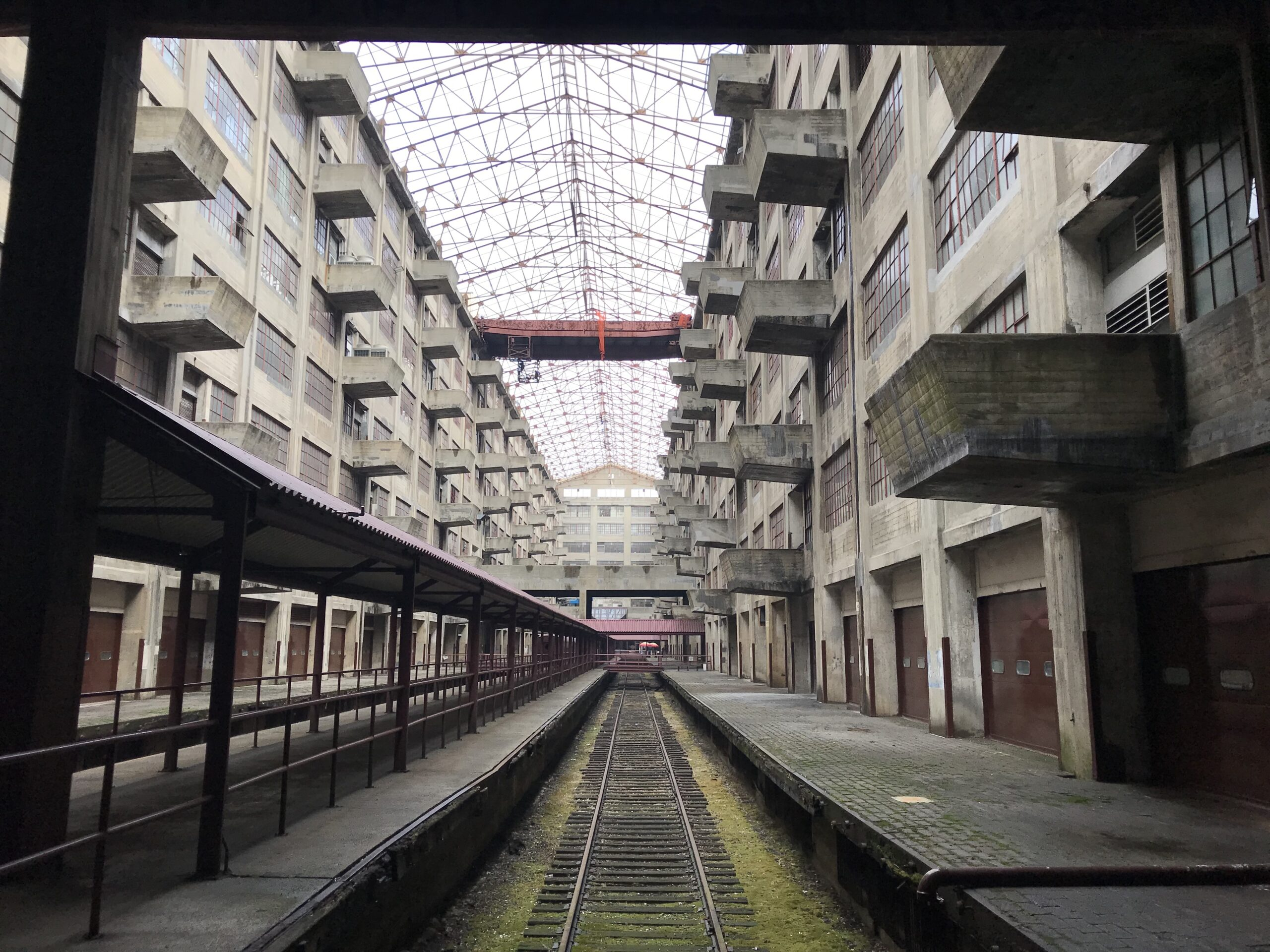 Atrium of the Brooklyn Army Terminal showing railroad tracks and cantilevered balconies.